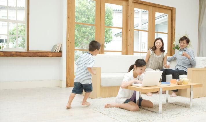 基準温度25℃に対し「リビング低め」・「寝室高め」・「子供部屋低め」設定にて各居室温度を計測、調査結果:全館において基準温度を概ね満たし、かつフロア間、フロア内での高め、低めの温度差もつけられている。建物面積 129.19㎡、木造2階建 2×4工法、 気密性能:相当隙間面積(C値)=0.6㎠/㎡、断熱性能:外皮平均熱貫流率(UA値)=0.52W/㎡・K、 冷房期の平均日射熱取得率(ηAS値)=1.6、天候:晴れ、 地域:愛知県豊橋市